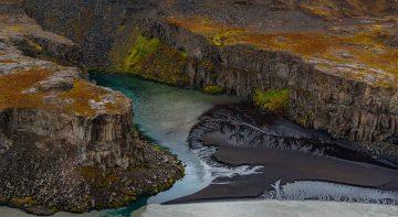 plage-sable-noir-islande